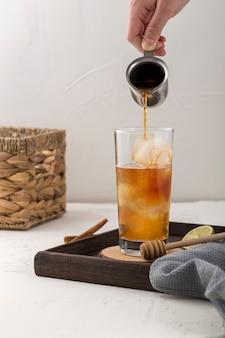 Nahaufnahmemann, der ein süßes getränk zubereitet