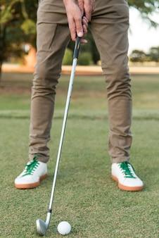 Nahaufnahmemann, der golf spielt