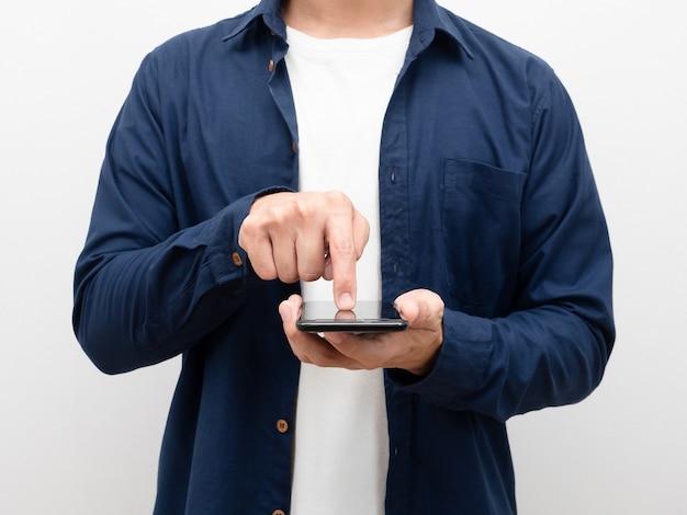 Nahaufnahmemann, der handy und touchscreen zum einkaufen hält, körperporträtweißhintergrund