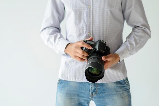 Nahaufnahmemann, der kamera hält