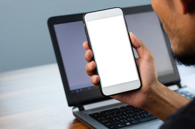 Nahaufnahmemann, der telefon smartphone handy design bildschirmmodell verwendet