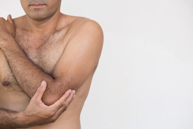 Nahaufnahmemann ellbogen- und armschmerz und -verletzung auf weißem hintergrund. gesundheits-konzept.