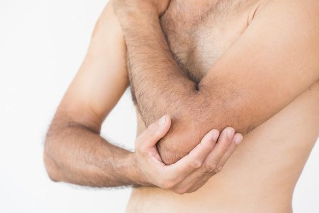 Nahaufnahmemann-ellbogenverletzung auf weißem hintergrund. gesundheits-konzept.