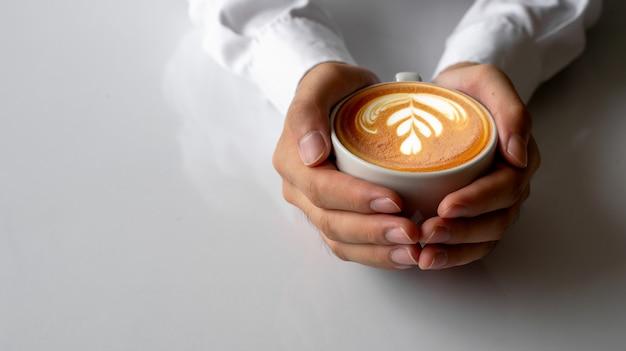 Nahaufnahmemann übergibt das halten von tasse kaffees auf weißer tabelle