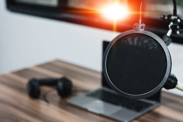 Nahaufnahmemikrofon in der musikstudiounterhaltung zu hause