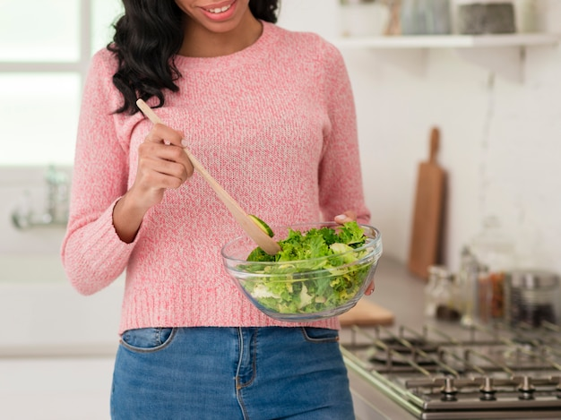 Nahaufnahmemutter, die gesundes lebensmittel kocht