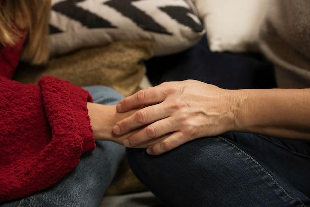 Nahaufnahmemutter- und -tochterhändchenhalten