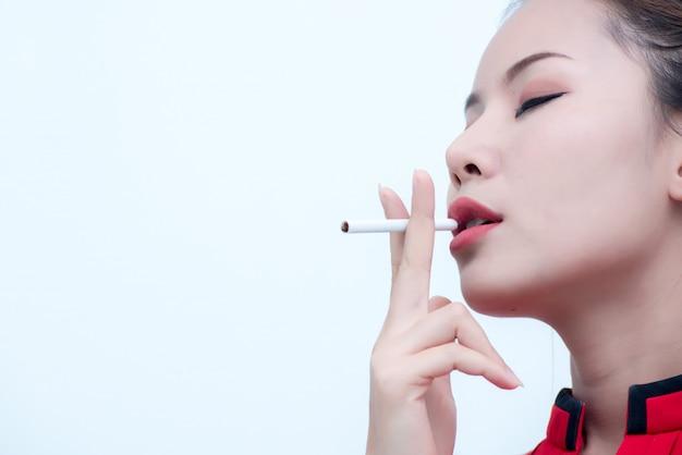 Nahaufnahmen einer jungen frau, die vorgibt zu rauchen