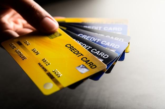 Nahaufnahmen von mehreren kreditkarten-mobilteilen