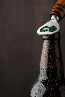 Nahaufnahmeöffner, der bier öffnet