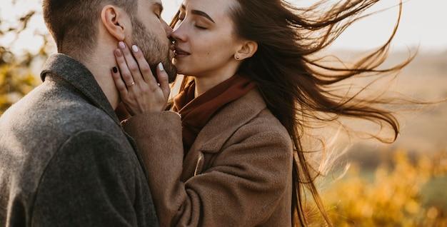 Nahaufnahmepaar, das draußen küsst
