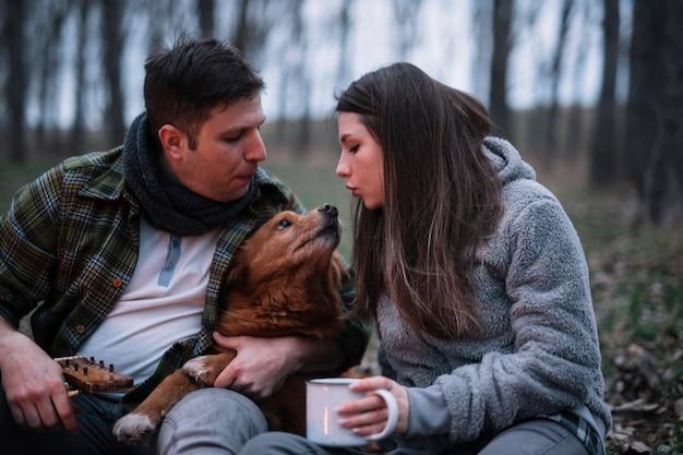 Nahaufnahmepaar, das mit hund spielt