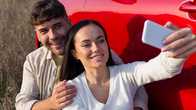 Nahaufnahmepaar, das selfies nimmt