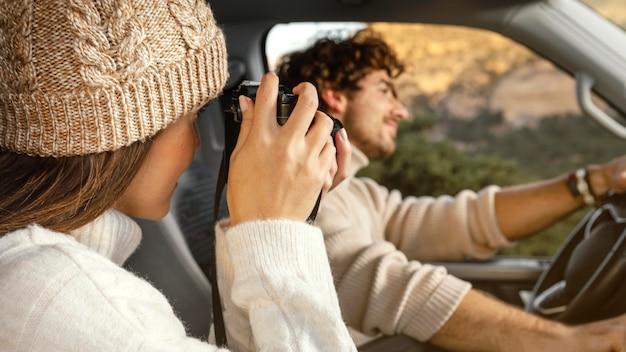 Nahaufnahmepaar während des road trips