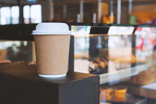 Nahaufnahmepapierschale heißer kaffee im café