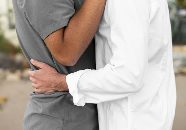 Nahaufnahmepartner halten sich gegenseitig fest
