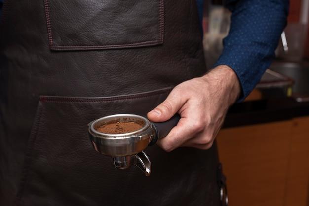 Nahaufnahmeperson, die kaffeefilter hält