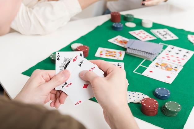 Nahaufnahmeperson, die poker spielt