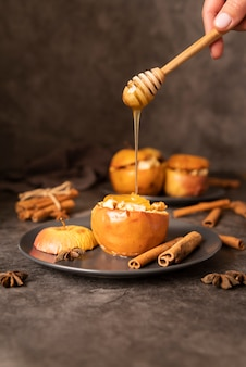 Nahaufnahmeperson mit honig und äpfeln