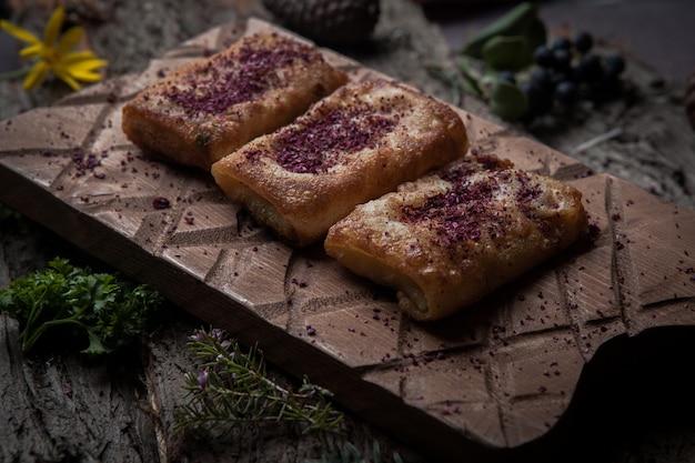Nahaufnahmepfannkuchen mit fleisch hausgemacht auf holzständer auf baumrinde horizontal