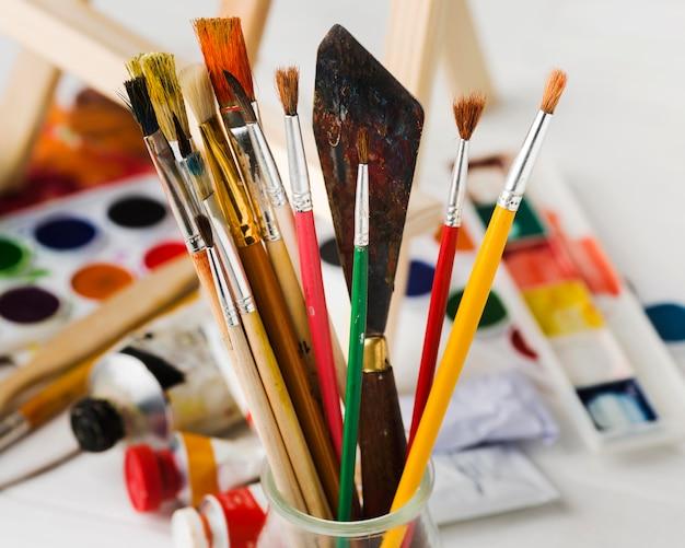 Nahaufnahmepinsel und werkzeuge zum malen