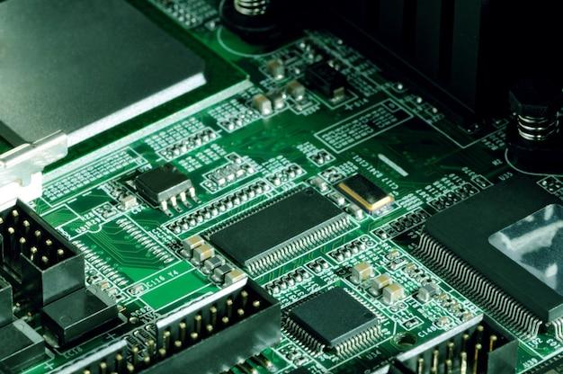 Nahaufnahmeplatine mit mikrochips von einem elektrogerät oder computer. konzept der modernen technologie. konzept von elektronik und mikrochips