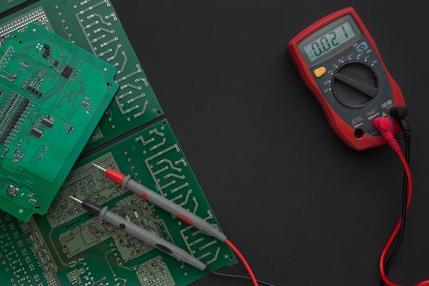Nahaufnahmeplatine mit multimeter