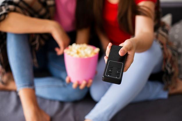 Nahaufnahmepopcornzeit und -fernsehen