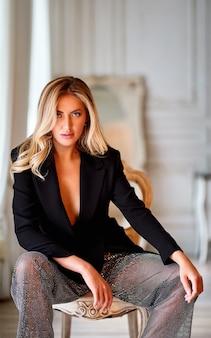 Nahaufnahmeporträt der eleganten frau. blonde frau mit lockigem schönem haar. schöne blonde frau mit langem lockigem haar mit schönheitsmake-up und weiblichem modeporträt der gesunden haut.