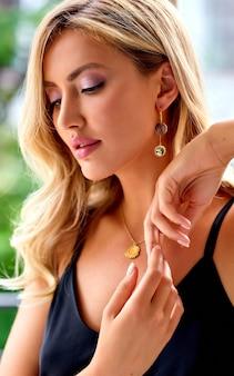 Nahaufnahmeporträt der eleganten frau. blonde frau mit lockigem schönen haar. schöne blonde lange lockige haarfrau mit schönheits-make-up und gesunder haut. zubehör