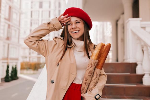 Nahaufnahmeporträt der europäischen frau im freien mit langen haaren, die stilvolle herbstkleidung tragen