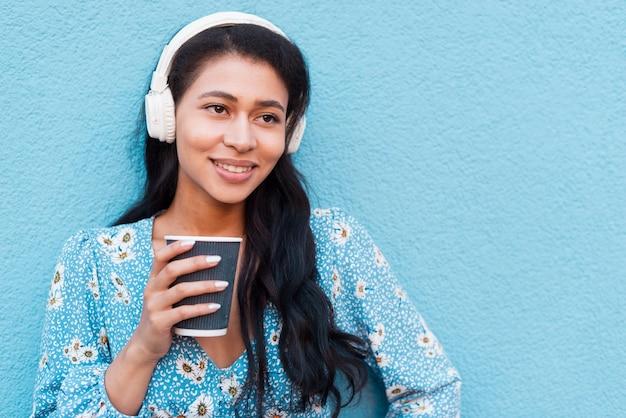 Nahaufnahmeporträt der frau einen kaffee halten