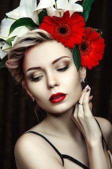 Nahaufnahmeporträt der frau mit kreativem make-up und blumen