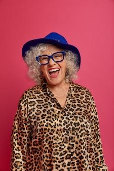 Nahaufnahmeporträt der glücklichen faltigen modischen oma