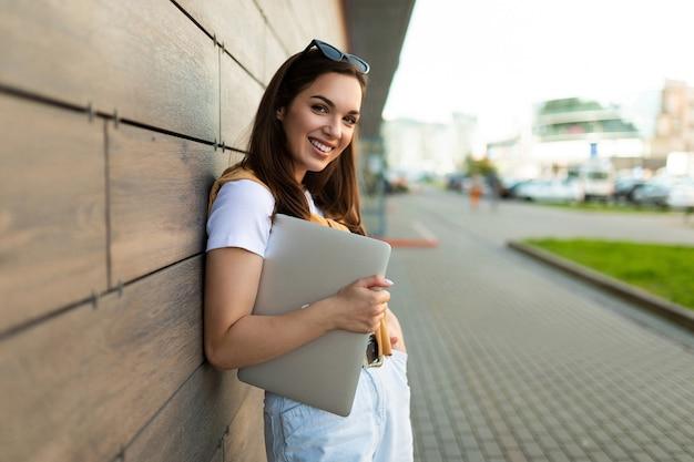 Nahaufnahmeporträt der gutaussehenden charmanten attraktiven reizenden schönen faszinierenden fröhlichen fröhlichen geradehaarigen brunet dame