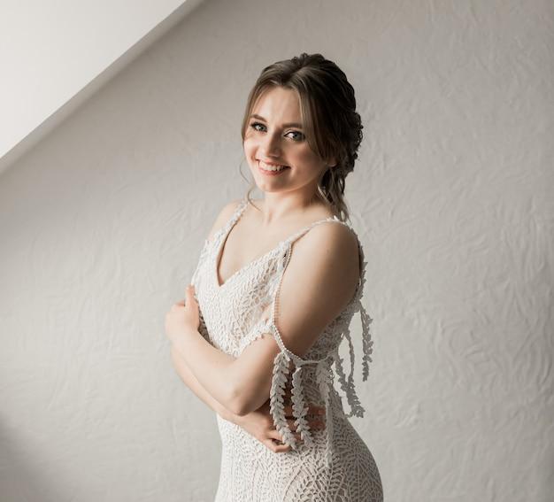 Nahaufnahmeporträt der hübschen braut im luxushochzeitskleid