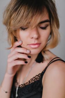 Nahaufnahmeporträt der hübschen frau mit dem lockigen haar