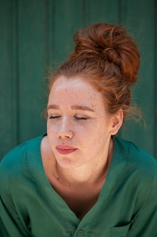 Nahaufnahmeporträt der hübschen rothaarigefrau