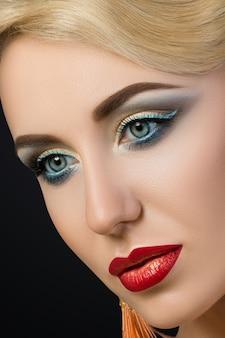 Nahaufnahmeporträt der jungen blonden frau mit den roten lippen. modische make-up details