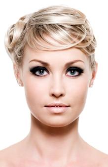 Nahaufnahmeporträt der jungen blonden frau - vorderansicht