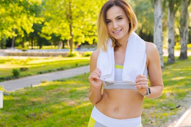 Nahaufnahmeporträt der jungen schönen sportfrau im sommerpark