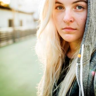 Nahaufnahmeporträt der kaukasischen frau mit hoodie