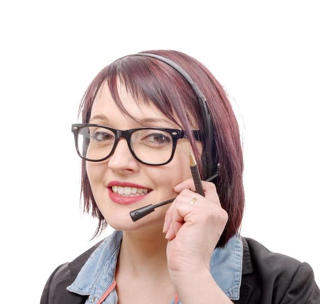 Nahaufnahmeporträt der lächelnden jungen frau mit headset