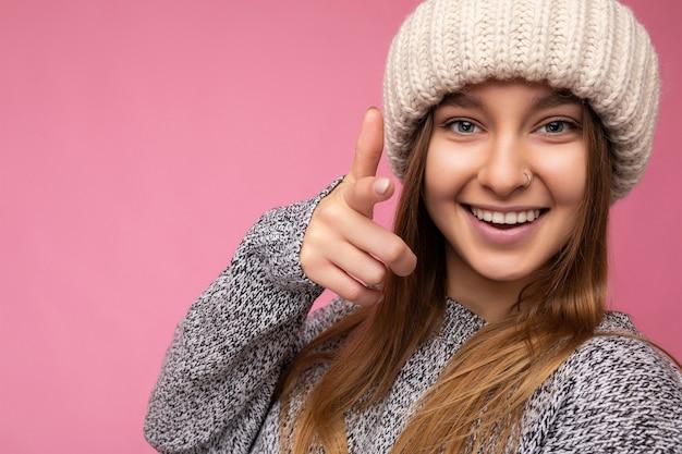 Nahaufnahmeporträt der positiven glücklichen lächelnden jungen schönen dunkelblonden frau mit aufrichtigen gefühlen