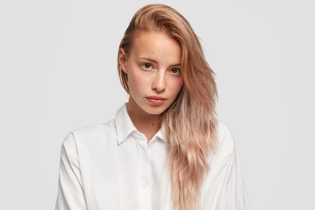 Nahaufnahmeporträt der reizenden europäischen frau mit reiner haut und glattem haar
