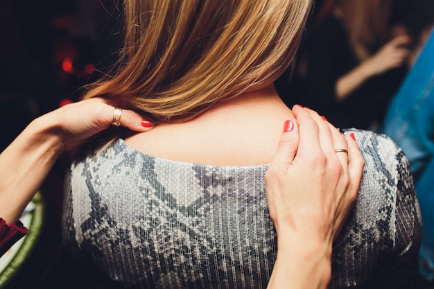 Nahaufnahmeporträt der reizenden lesbischen paarmassage entspannen sich und glücklicher schatz, indem sie liebhaber berühren.