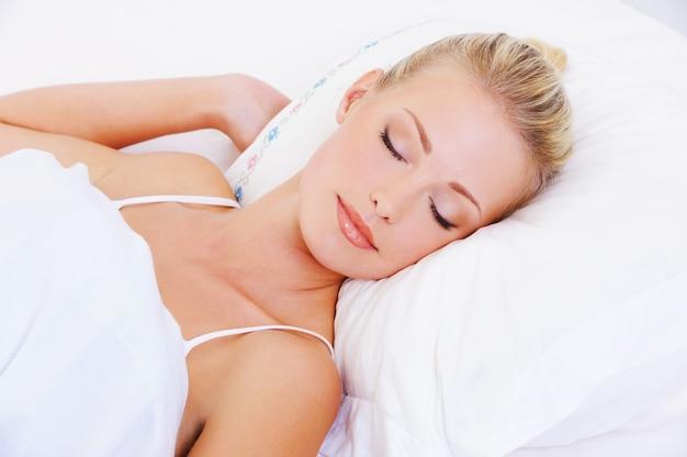 Nahaufnahmeporträt der schlafenden hübschen schönen frau