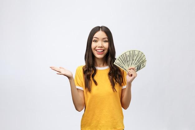 Nahaufnahmeporträt der schönen asiatischen frau, die geld hält