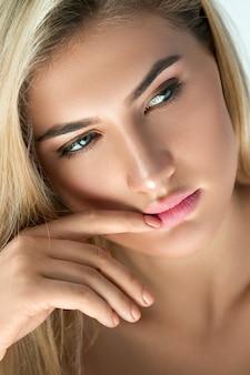 Nahaufnahmeporträt der schönen blondine