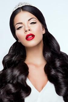 Nahaufnahmeporträt der schönen frau mit hellem make-up und tiara
